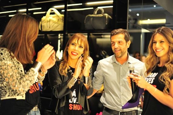 d2798fd3c A anfitriã da noite, Marcela Cunha, recebe o CEO da Arezzo, Alexandre  Birman, e a empresária Mari Cardoso