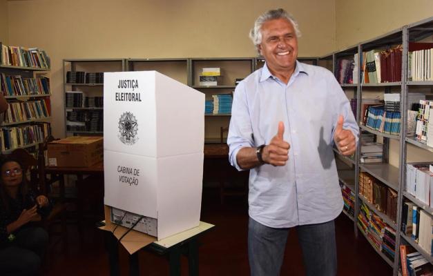 Caiado vota em Nova Crixás, a 378 quilômetros de Goiânia